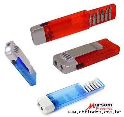 Jogo de chaves e lanterna em estojo de acrílico translúcido